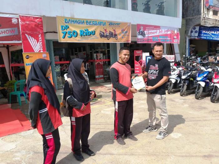 Peserta didik MAN 3 Kota Jambi Menerima Beasiswa dari PT. Daya Honda Motor